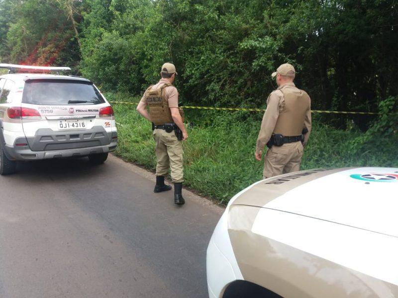 Corpo estava às margens da BR-282 – Foto: Polícia Militar/Divulgação/ND