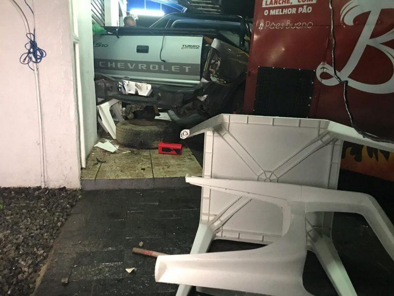 Carro bateu em caminhonete que foi arremessada contra o carrinho – Foto: Ricardo Alves/RICTV