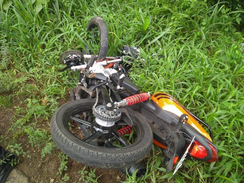 Motocicleta ficou com vários danos na parte frontal – Foto: Elisandra Carraro/RICTV