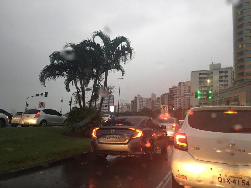 Na avenida Beira-Mar Norte mais lentidão na volta para casa no fim da tarde - Diogo de Souza/ND