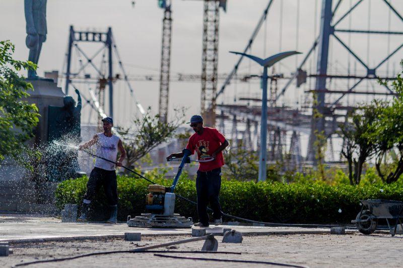 Funcionários trabalham na cabeceira insular da ponte Hercílio Luz – Foto: Foto Flavio Tin/ND