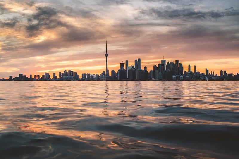 Outro local famoso para fazer intercâmbio é Toronto, no Canadá. O pacote para 14 dias custa R$ 16.422, com hotel e passagem garantidos - Berkay Gumustekin on Unsplash - Berkay Gumustekin on Unsplash/Rota de Férias/ND
