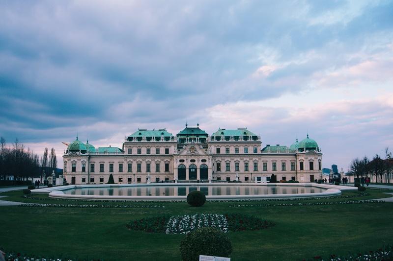 Viena, na Áustria, também é um ótimo local para quem deseja fazer uma imersão cultural. Durante 21 dias, os viajantes podem conhecer os museus e jardins da cidade. O pacote inclui hospedagem no NH Danube City e passagem aérea por R$ 14.273 - Carlos Coronado on Unsplash - Carlos Coronado on Unsplash/Rota de Férias/ND