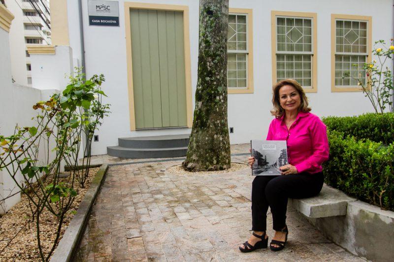 """Professora e arquiteta Eliane Veras da Veiga organizou o livro """"A casa de chácara da rua Bocaiuva – Histórias da praia de Fora"""" - Foto Flavio Tin/ND"""