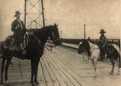 Glauco (à dir.) e o pai, Olímpio Olinger, sobre o piso de madeira da ponte Hercílio luz, na década de 1930 – Foto: Reprodução/ND
