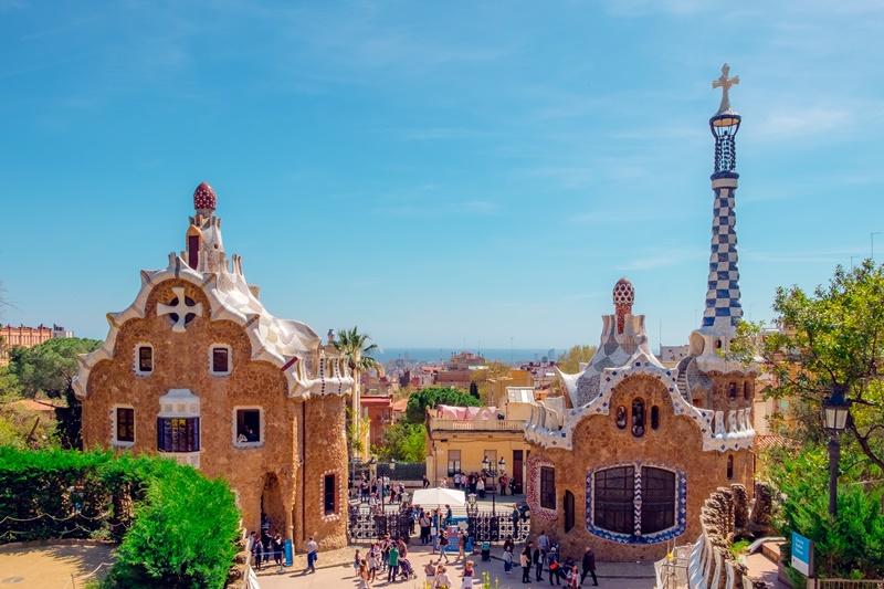 Outro destino perfeito para longas viagens é Barcelona, na Espanha. Marcada por sua arquitetura diferente, a cidade pode ser visitada por R$ 12.645. Durante 3 semanas, os turistas podem aproveitar para aprender a língua local e explorar a cultura da região - Daniel Corneschi on Unsplash - Daniel Corneschi on Unsplash/Rota de Férias/ND