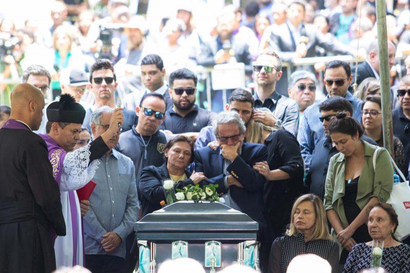 Amigos, familiares e fãs no enterro do apresentador Gugu Liberato no Cemitério Gethsêmani, no bairro do Morumbi em São Paulo (SP), nesta sexta-feira (29) – Foto: DANILO M YOSHIOKA/FUTURA PRESS/FUTURA PRESS/ESTADÃO CONTEÚDO