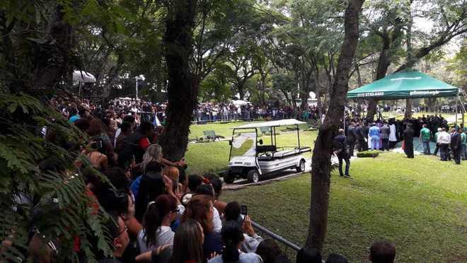 Após 24 horas de velório, Gugu Liberato é enterrado nesta sexta-feira (29) no cemitério Gethsêmani, na região do Morumbi, em São Paulo, onde a família possui um jazigo. O apresentador morreu na última sexta, aos 60 anos, depois de sofrer um acidente doméstico - Edu Garcia/R7