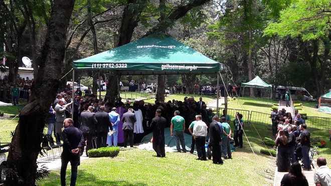 Família de Gugu se reuniu no jazigo para uma última oração - Edu Garcia/R7