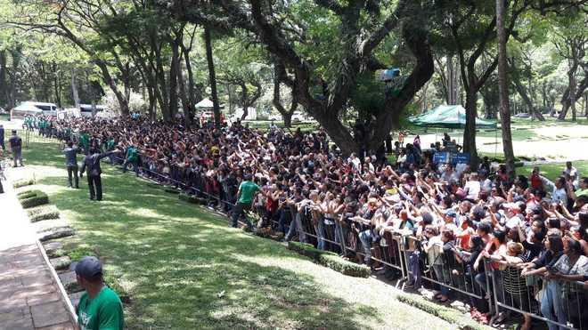 Multidão de fãs acompanhou a oração, realizada por um padre - Edu Garcia/R7