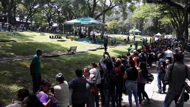 Cada vez mais pessoas se aglomeraram perto do jazigo para assistir ao sepultamento - Edu Garcia/R7