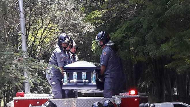 Bombeiros retiraram o caixão do caminhão para o sepultamento Edu Garcia/R7 - Edu Garcia/R7