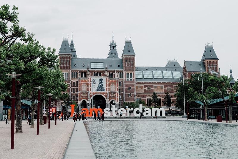 Conhecer os canais de Amsterdã, nos Países Baixos, durante 14 dias, custa a partir de R$ 9.111. Pela metade da passagem para Lima, no Peru, os viajantes têm hospedagem, transporte e transfer incluso no pacote - jennieramida on Unsplash - jennieramida on Unsplash/Rota de Férias/ND
