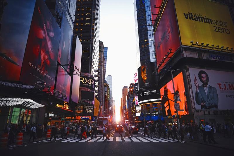 Para os amantes de compras e teatros, Nova York, nos Estados Unidos, é uma ótima rota. Durante 12 dias na cidade, os viajantes podem aproveitar do conforto no Novotel New York Times Square e das temperaturas amenas para desfrutar do melhor do inverno novaiorquino, por R$ 17.675 - Luca Bravo on Unsplash - Luca Bravo on Unsplash/Rota de Férias/ND