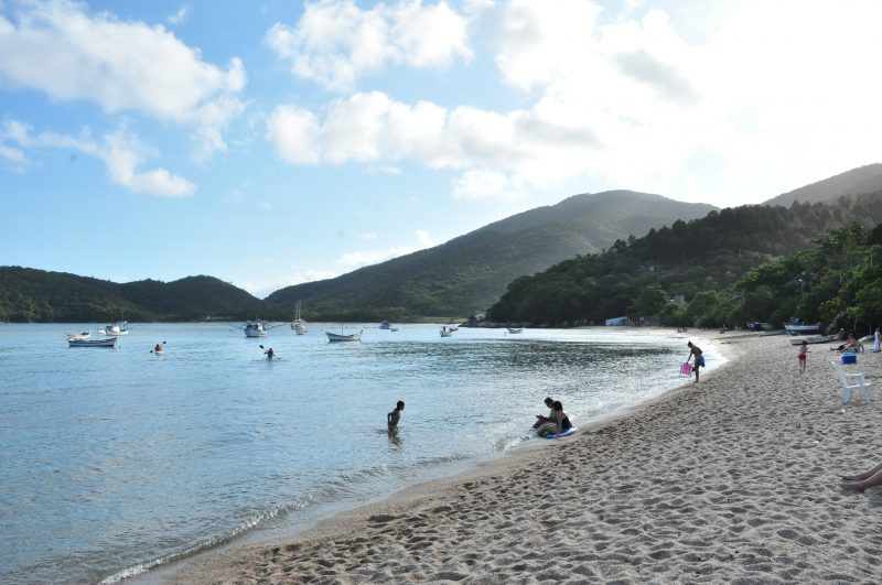 Praia da Costeira da Armação, na Baia dos Golfinhos, em Governador Celso Ramos – Foto: Prefeitura de Governador Celso Ramos/Divulgação/ND