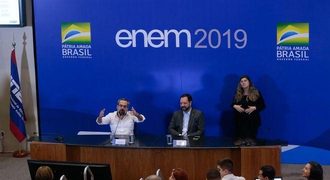 O ministro Abraham Weintraub e Alexandre Lopes do Inep após Enem- Foto: Antonio Cruz/ Agência Brasil/Divulgação/ND