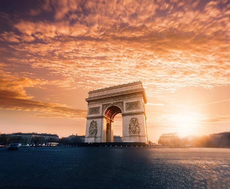 Arco do Triunfo, Torre Eiffel e Museu do Louvre são alguns dos passeios que os turistas poderão visitar em Paris, na França. Durante 2 semanas, conseguem aproveitar as maravilhas da Cidade Luz, por R$ 14.754, com passagem e estadia inclusa, no Hotel Le A - Willian West on Unsplash - Willian West on Unsplash/Rota de Férias/ND