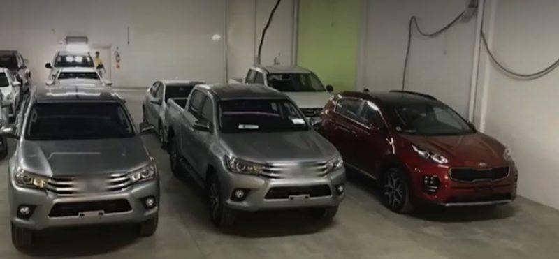 """Em 27 de novembro de 2019, foram cumpridos mandados de busca e apreensão na casa de um empresário suspeito de aplicar diversos golpes em Santa Catarina., em um condomínio de luxo em Matinhos (PR). Os policiais também estouraram o """"QG"""" (quartel-general) da quadrilha, localizado em Tijucas, na Grande Florianópolis.O delegado Pedro Henrique Mendes, do Departamento de Crimes Fazendários da Deic/SC, detalhou à equipe da NDTV que a quadrilha aplicou diversos golpes do tipo """"pirâmide financeira"""" em catarinenses. Os suspeitos chegaram a movimentar R$ 230 milhões em dez meses. Os carros de luxo – entre eles Ferrari, Lamborghini, Porsche e Mercedes – estavam no nome de várias empresas – Foto: Imagens: Record TV/ Divulgação"""