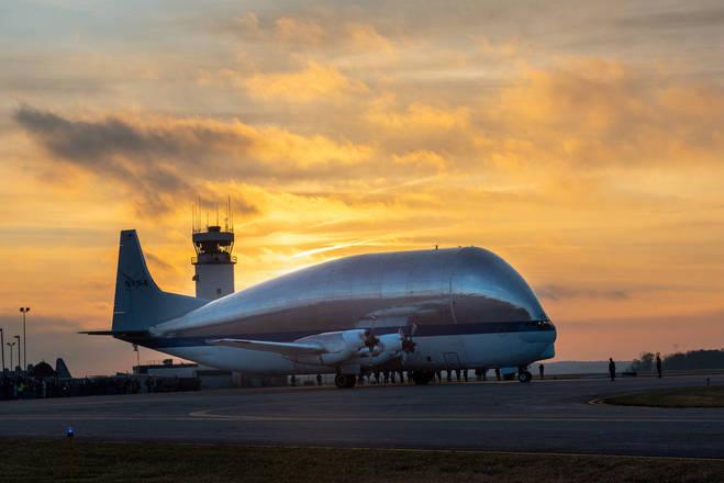 O gigantesco avião Super Guppy foi utilizado pela Nasa, agência espacial norte-americana, para levar a nave Orion, que será usada em uma missão para Marte, do Centro Espacial John F. Kennedy, na Flórida, até uma base em Ohio no dia 24 de novembro. - NASA/Bridget Caswell/Portal R7/ND