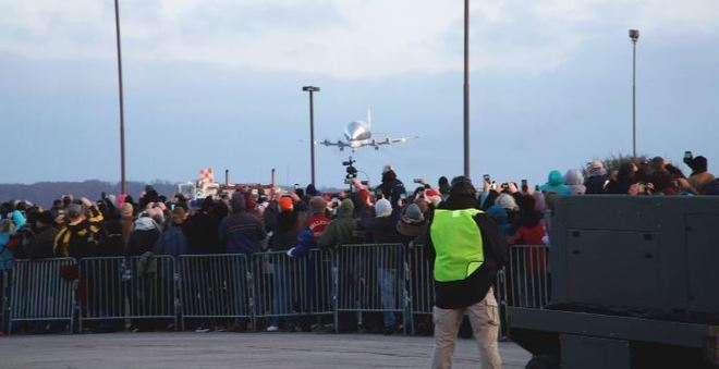 Cerca de 1.500 pessoas foram até o aeroporto de Ohio acompanhar o pouso do avião gigante. E uma multidão também deve acompanhar retorno do Super Guppy. - Portal R7/ND