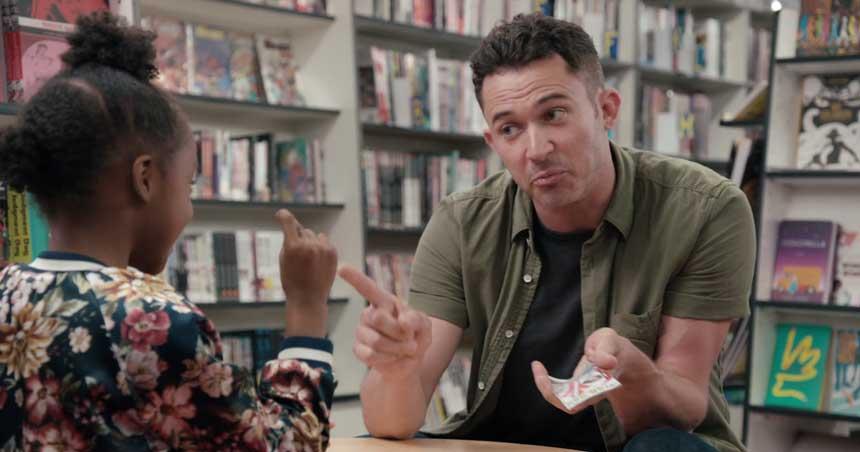 Mágica para a Humanidade (Duas temporadas) – O mágico Justin Willman surpreende estranhos na rua e faz truques de cair o queixo. O humor do ilusionista é um ponto extra, deixando a produção bem leve e muito divertida. - Crédito: Divulgação/33Giga/ND