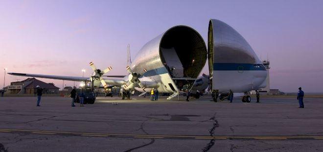 A parte da frente do avião pode ser deslocada para comportar melhor cargas grandes e pesadas, assim como a nave Orion. - NASA/ James Zunt, Dennis Brown, William Fletcher/Portal R7/ND