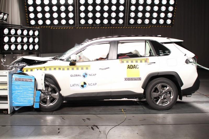 O Toyota RAV4 conseguiu cinco estrelas para adultos e crianças. O órgão também certificou o modelo com o Advanced Awards de proteção para pedestres, por conta da frenagem autônoma de emergência (AEB) - Foto: Divulgação - Foto: Divulgação/Garagem 360/ND