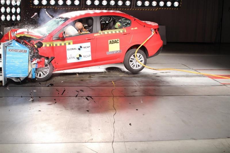 A dupla Fiat Argo e Chronos obteve três estrelas para adultos. Já a segurança para crianças foi avaliada com quatro estrelas - Foto: Divulgação - Foto: Divulgação/Garagem 360/ND