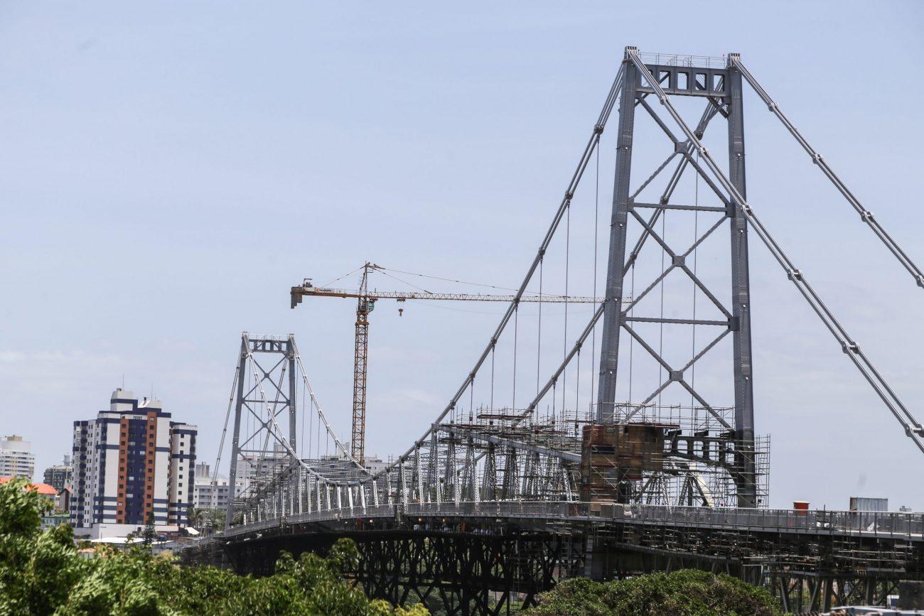 Em 1988, foi liberada para pedestres, ciclistas e veículos mais leves, mas voltou a ser interditada totalmente em 1991, mesmo ano de inauguração da Ponte Pedro Ivo Campos. - Anderson Coelho/ND
