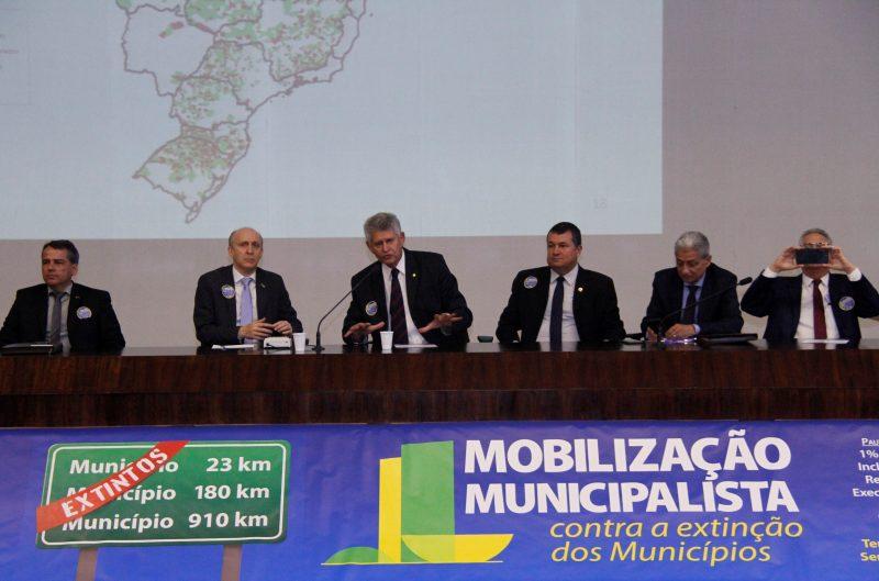 Prefeitos em ato contra a extinção de municípios. – Foto: Divulgação/CNM