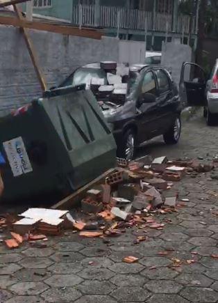 Carro danificado em Palhoça - Elza Luchi/Divulgação/ND
