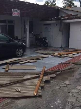 Além disso, a chuva também derrubou o telhado de algumas casas, em Palhoça - Elza Luchi/Divulgação/ND