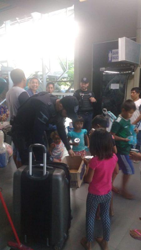 Crianças receberam alimentos assim que desembarcaram no Terminal Rita Maria – Foto: Divulgação/ND