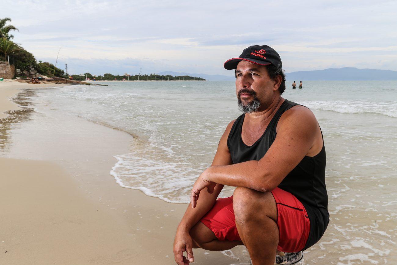 Pescador Walnei Ailton Cardoso, de 44 anos, teme que a praia da Daniela, no Norte da Ilha, seja 'engolida' pela água - Anderson Coelho/ND