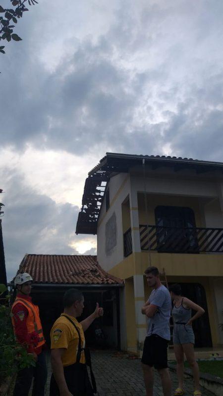 Nesta segunda-feira (2), Defesa Civil fará o cadastro e distribuirá telha de fibrocimento a quem necessita - Bombeiros Voluntários de Indaial
