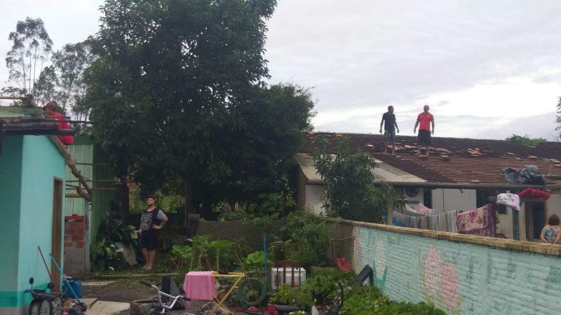 Lonas foram distribuídas pela Defesa Civil para cobertura provisória dos telhados. Não há informações de moradores que precisaram deixar as residências devido aos estragos. - Bombeiros Voluntários de Indaial