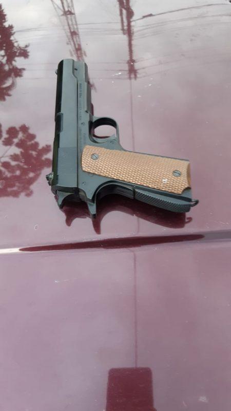 Polícia ainda encontrou uma pistola de airsoft embaixo do banco do motorista – Foto: PRF/Divulgação