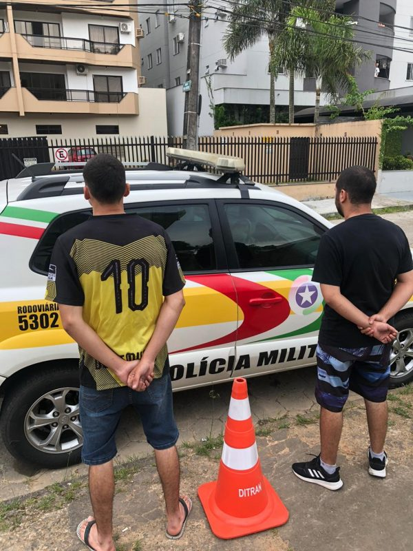 Os dois homens foram presos após furtarem um cone em Gaspar – Foto: PMR/Divulgação