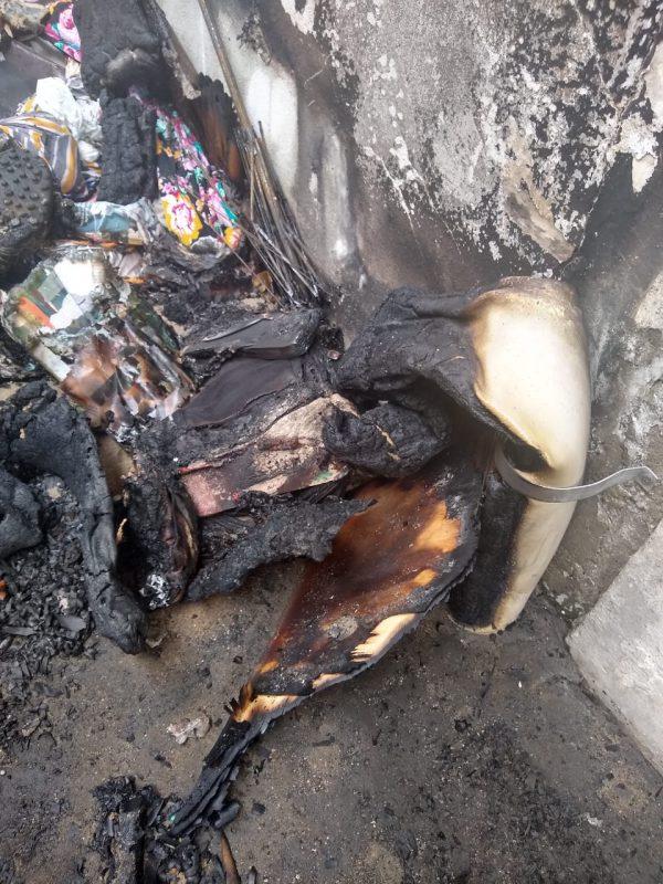 Restos dos objetos queimados nos fundos do Mercado Municipal de Joinville - Juliano Masselai/NDTV