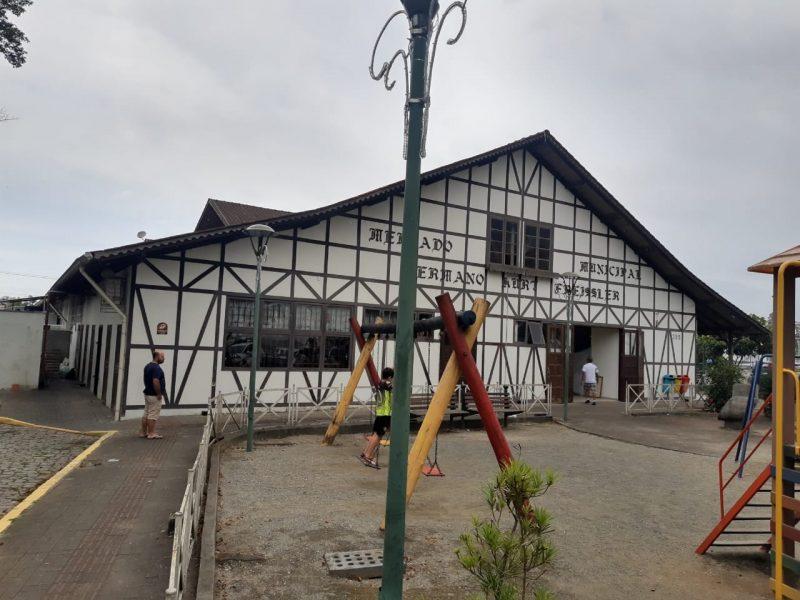 Um princípio de incêndio foi registrado no fim da manhã deste domingo (15) nos fundos do Mercado Municipal de Joinville, no Norte de SC - Juliano Masselai/NDTV/ND