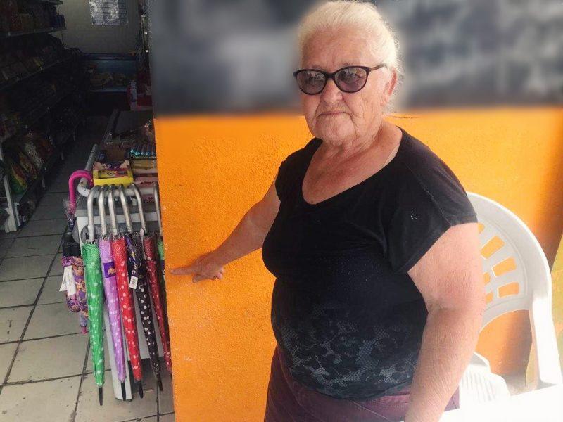Dona Francelina, moradora há 35 anos do bairro Fátima, já presenciou várias inundações – Foto: Luana Amorim/ND