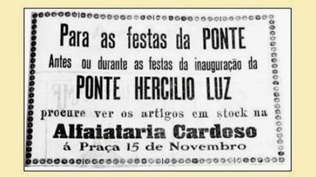 """Uma obra de dimensões inimagináveis para a época com cinco mil toneladas de aço – em grande parte importado –, um mil trabalhadores envolvidos, 14 mil metros cúbicos de concreto em sua base e um valor de 14,5 milhões de contos de réis (R$ 1,7 trilhão em valores corrigidos). Na foto, anúncio da Alfaiataria Cardoso publicado no jornal """"O Estado"""", dia 13 de maio de 1926, alusivo à inauguração ponte Hercílio Luz. - Divulgação/ND"""