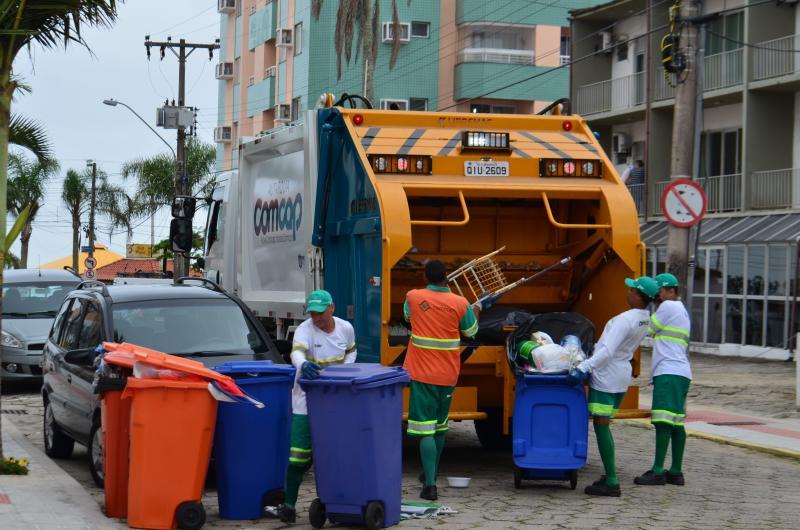 Trabalhadores da Comcap na coleta de resíduos, em foto antes da pandemia da Covid-19