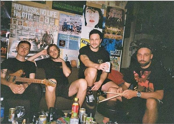Delta Spleep A banda inglesa chega ao Brasil em abril de 2020 para uma única apresentação. O quarteto inglês tem se destacado por músicas que misturam vários ritmos e acrescentam uma pegada eletrônica. - Reprodução/Instagram