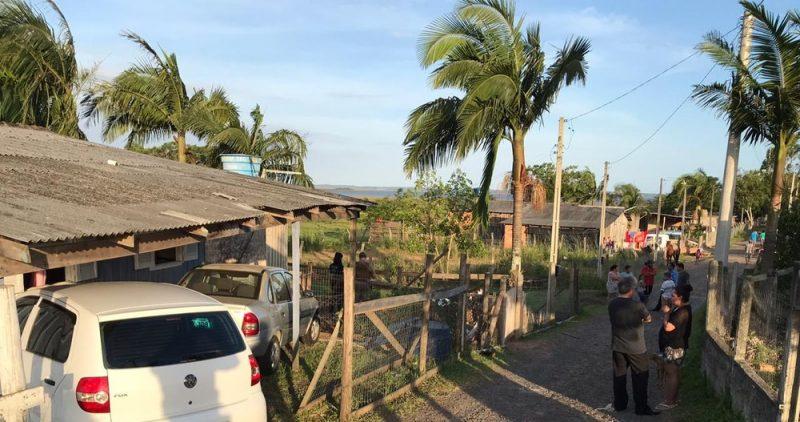 Mulher foi encontrada já sem vida ao lado do portão de casa – Foto: Polícia Civil/Divulgação
