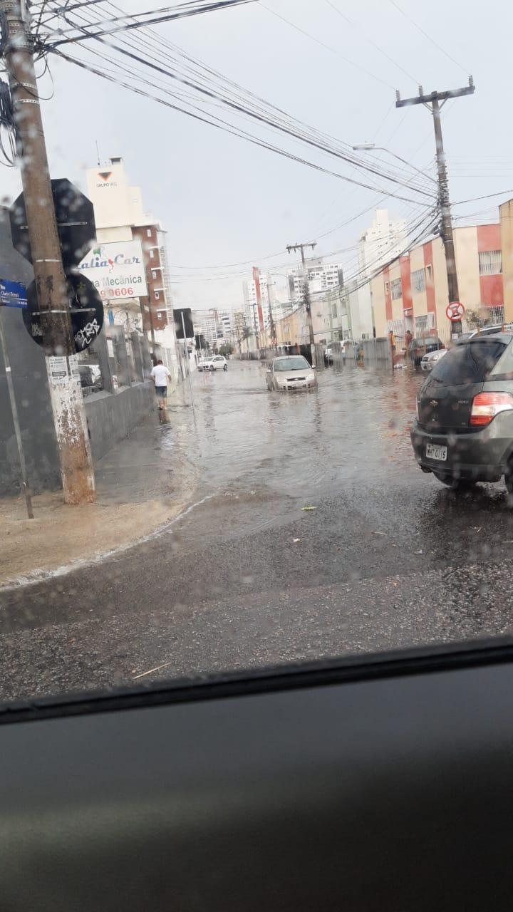 Em São José, na Grande Florianópolis, a chuva começou por volta das 15h. Mesmo rápida, o alto volume foi o suficiente para alagar algumas regiões, como no bairro Kobrasol - Divulgação/ND