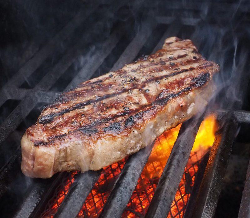 O churrasco de domingo é sagrado para muitos joinvilenses – Foto: Pixabay/Divulgação