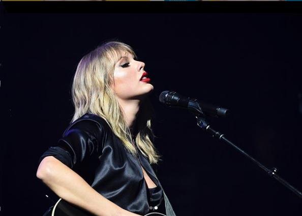 Taylor Swift A cantora americana Taylor Swift se apresenta no Brasil pela primeira vez em 2020. Os shows acontecem nos dias 18 e 19 de julho em São Paulo. A turnê Lover reúne canções do álbum mais recente de Taylor, além de hits da carreira. - Reprodução/Instagram