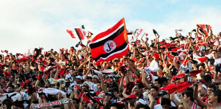 Estado libera a volta da torcida aos estádios mesmo em estado gravíssimo para a pandemia – Foto: Carlos Junior/Arquivo/ND