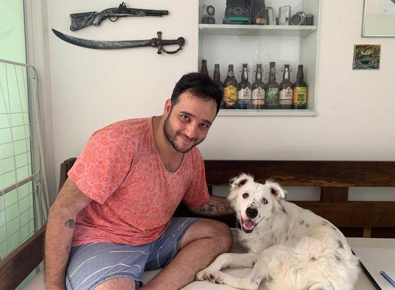 O estudante João Gabriel comemora a adoção do cãozinho surdo Jögan – Foto: João Gabriel Ferreira/Divulgação/ND
